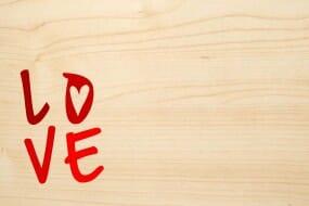 Holzgrusskarte - Liebe - LOVE. Text ist farbig.