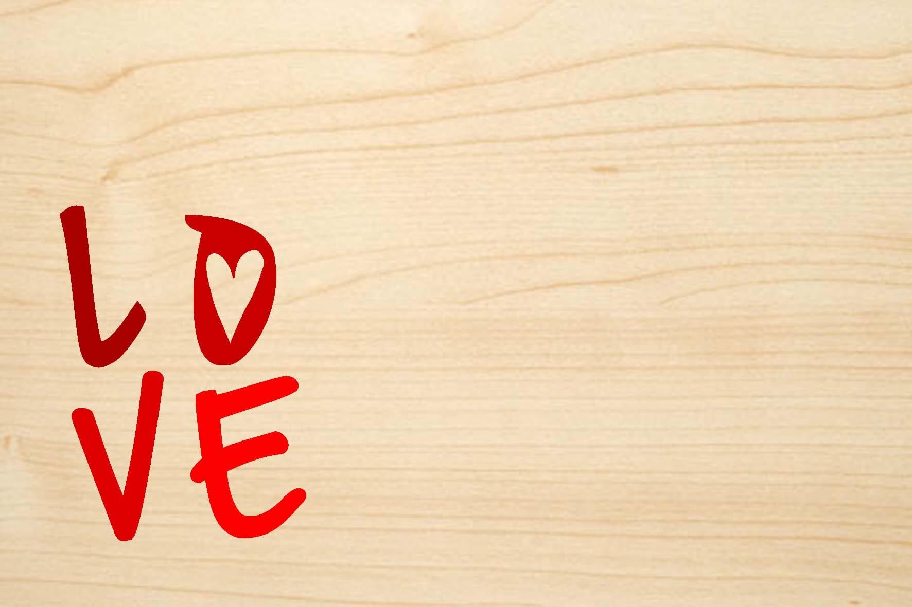 Holzgrusskarte: LOVE. Text ist farbig | stempel-versand.ch