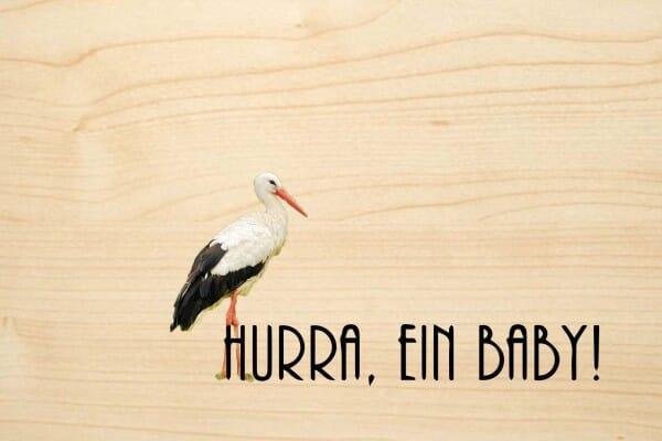 Holzgrusskarte - Geburt - Hurray, ein Baby! Farbiger Storch ist abgebildet