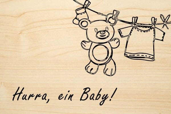Holzgrusskarte - Geburt - Hurra, ein Baby! Wäscheleine mit Babysocken und Teddybär