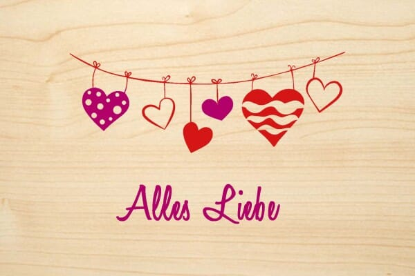 Holzgrusskarte - Glück - Alles Liebe. Farbige Wäscheleine mit Herzen abgebildet.