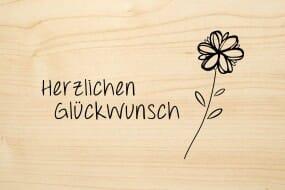 Holzgrusskarte - Glück - Herzlichen Glückwunsch. Blume mit Stil abgebildet.