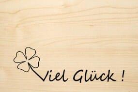 Holzgrusskarte - Glück - Viel Glück ! Mit vierblättrigem Kleeblatt abgebildet.