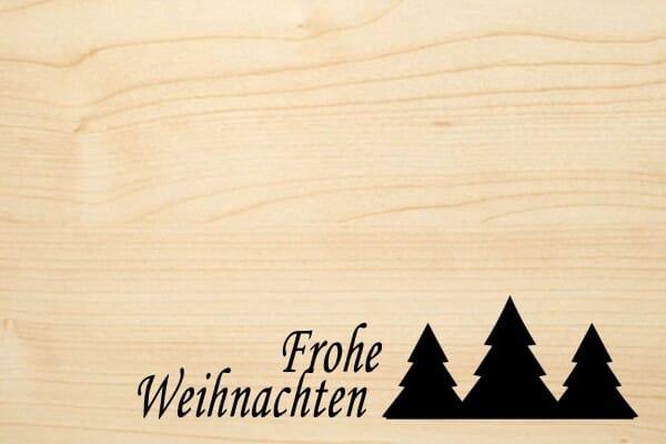 Holzgrusskarte - Weihnachten - Frohe Weihnachten. 3 Tannenbäume abgebildet.
